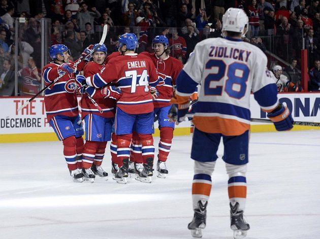 Obránce New Yorku Islanders Marek Židlický vpravo sleduje, jak hokejisté Montrealu Brendan Gallagher (11), Tomáš Plekanec (14), Alexej Jemelin (74) a Jeff Petry (26)oslavují gól.