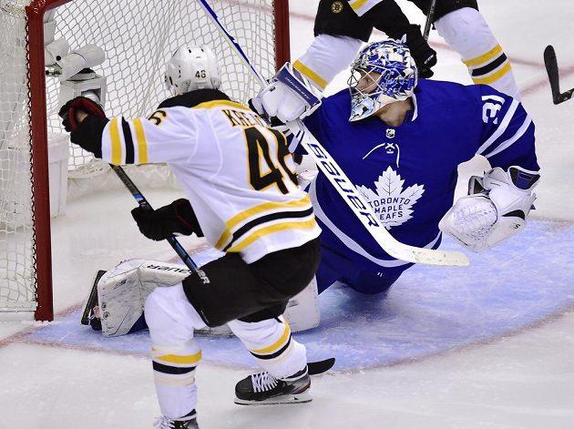 Český útočník Bostonu Bruins David Krejčí (46) sice vstřelil Torontu v utkání play off gól, ale z výhry se těšil tým Maple Leafs.