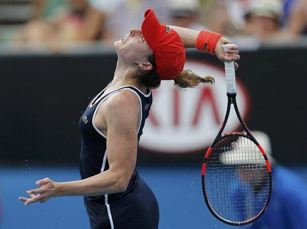 Francouzka Alizé Cornetová podává v zápase s Denisou Allertovou.