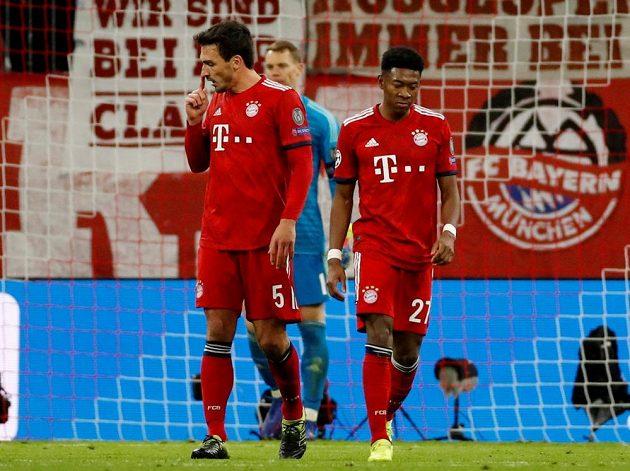 Fotbalisté Bayernu Mats Hummels David Alaba a Manuel Neuer poté, co inkasovali branku od Liverpoolu v Lize mistrů.