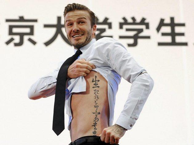 David Beckham ukazuje své tetování při setkání s čínskými studenty v březnu 2013 v Pekingu.