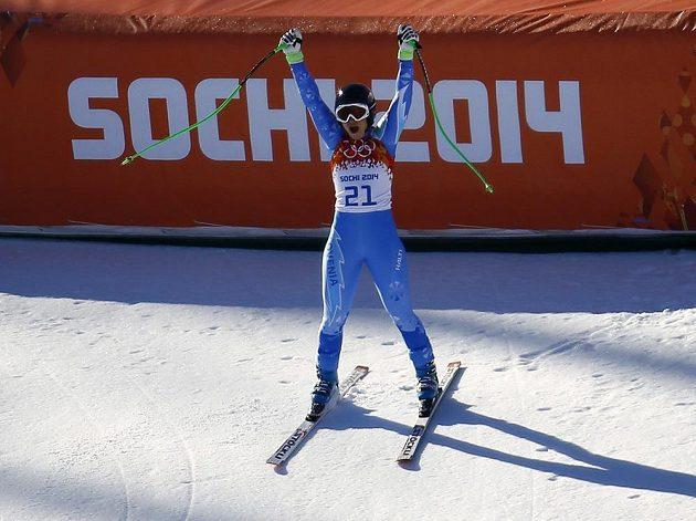 Slovinská lyžařka Tina Mazeová se raduje z prvního místa ve sjezdu.