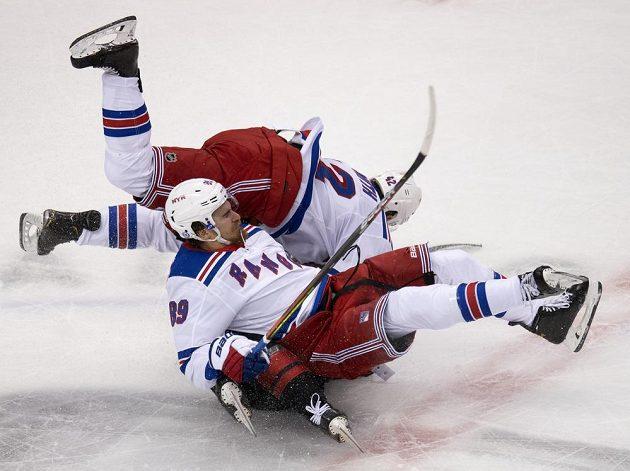 Český útočník Martin Nečas to pořádně schytal v dresu Caroliny od dvojice hokejistů týmu New York Rangers