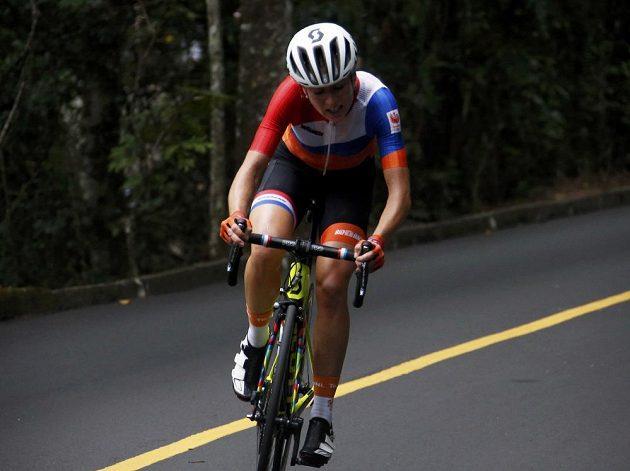 Nizozemka Annemiek van Vleutenová ošklivě upadla z vedoucí pozice jedenáct kilometrů před cílem.