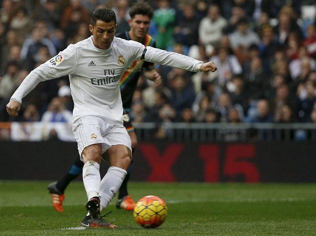 Hvězdný Cristiano Ronaldo střílí třetí gól Bílého baletu do sítě Vallecana.