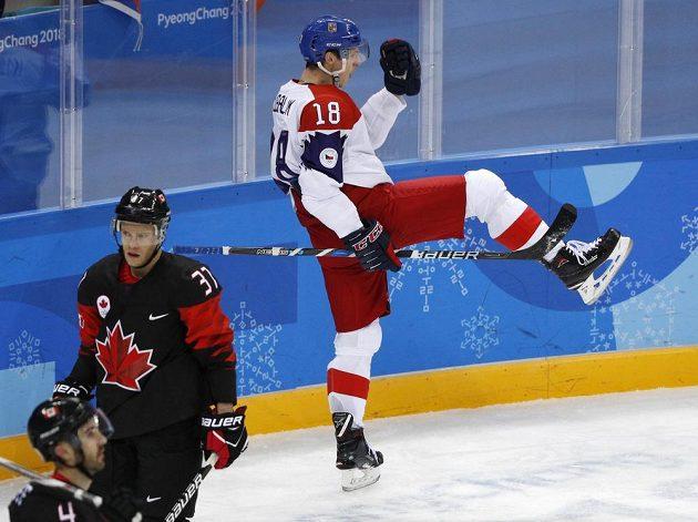 Český hokejista Dominik Kubalík slaví poté, co vstřelil gól Kanadě na olympijském turnaji.