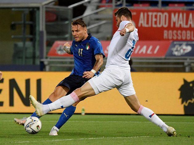 Ciro Immobile střílí přes bránícího Ondřeje Čelůstku italský gól.