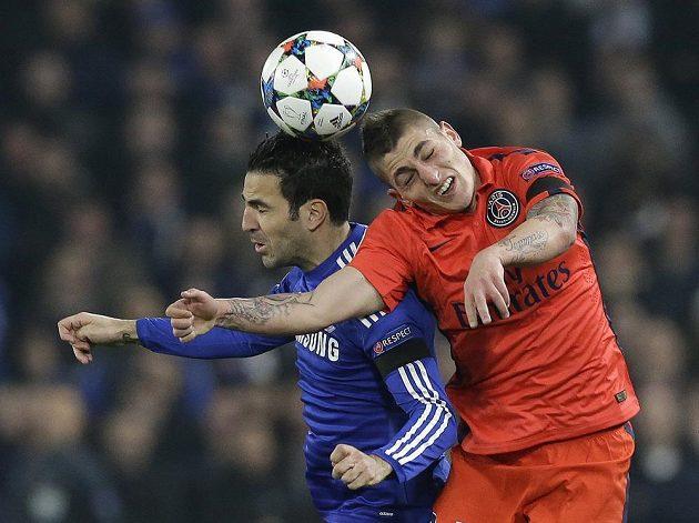 Cesc Fábregas (vlevo) z Chelsea v souboji s Marcem Verrattim z PSG.