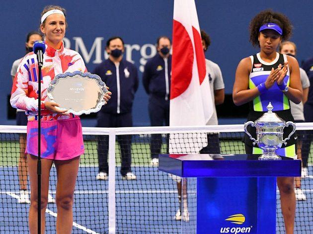 Japonská tenistka Naomi Ósakaová po vítězném finále dvouhry na US Open. Vlevo poražená Běloruska Azarenková s trofejí.