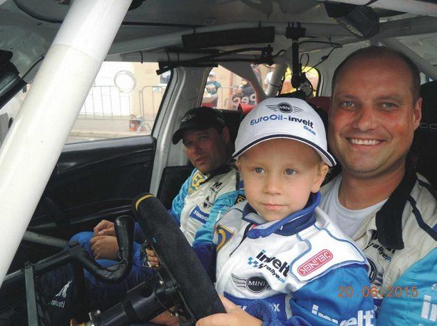 Václav Pech se synem Karlem ve stroji Mini Cooper S2000.