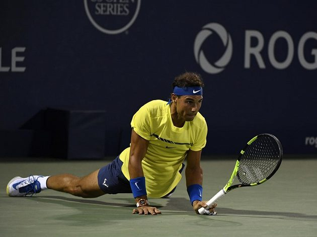 Rafael Nadal na zemi během utkání s Kanaďanem Šapovalovem.