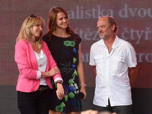 Česká tenistka Lucie Šafářová (uprostřed), která vybojovala na Roland Garros v Paříži titul ve čtyřhře a byla ve finále dvouhry, při slavnostním přivítání v Prostějově. Na snímku s rodiči Janou a Milanem Šafářovými.