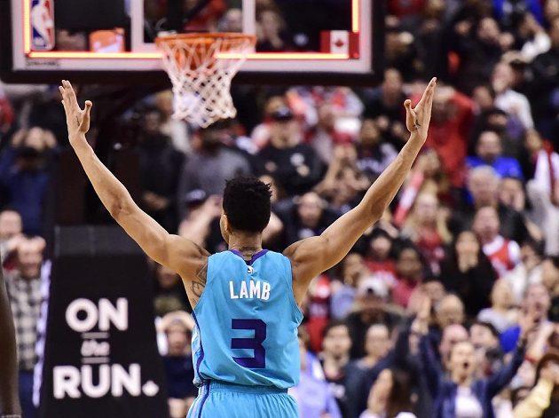 Střela Jeremyho Lamba z poloviny hřiště v poslední vteřině utkání přinesla basketbalistům Charlotte v NBA výhru.
