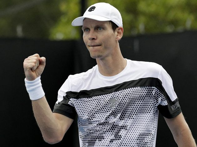 Český tenista Tomáš Berdych a jeho vítězné gesto po utkání s Robinem Haasem na Australian Open.