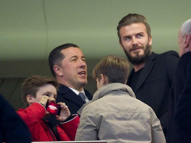 David Beckham se svými syny navštívil duel mezi Chelsea a PSG.