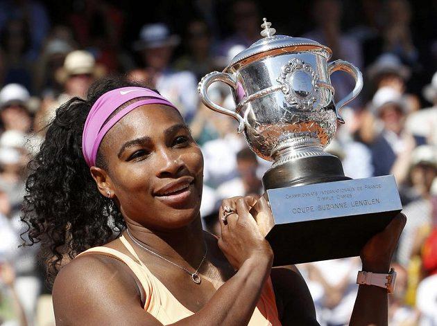 Americká tenistka Serena Williamsová s trofejí pro vítězku Roland Garros.