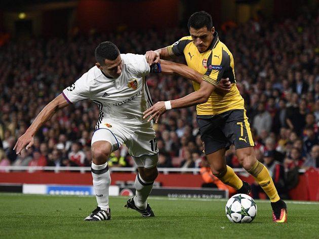 Obránce Basileje Marek Suchý (vlevo) bojuje o míč s útočníkem Arsenalu Alexisem Sánchezem.