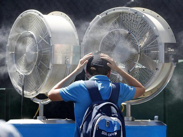 Různými způsoby se snaží zchladit také fanoušci na Australian Open.