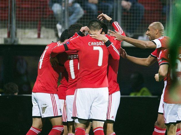 Fotbalisté Benfiky Lisabon slaví gól v síti Alkmaaru ve čtvrtečním úvodním čtvrtfinálovém duelu Evropské ligy.