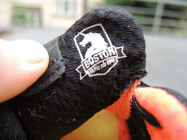 Značka fondu Boston Runs As One na vnitřní straně jazyka levé boty.
