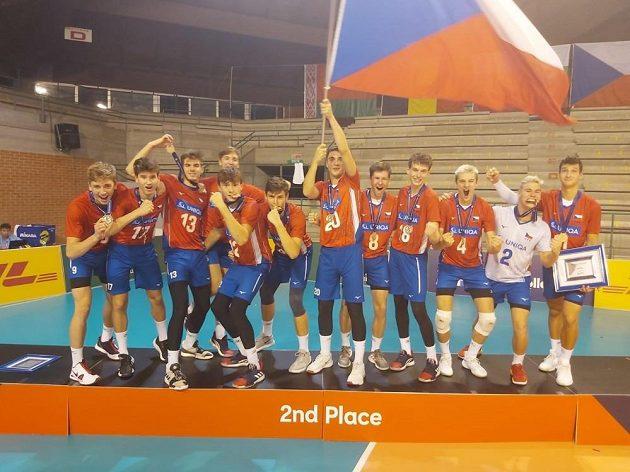 Euforie. Čeští volejbalisté do 18 let vezou z mistrovství Evropy v Itálii stříbrné medaile.