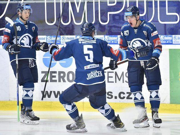Plzně se radují z úvodního gólu. Zleva Michal Bulíř, David Jiříček a autor gólu Filip Přikryl.
