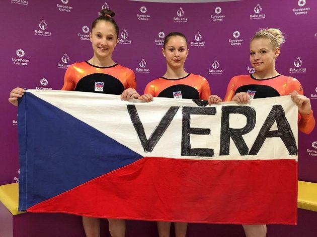 České gymnastky (zleva) Anna Maria Kanyai, Veronika Cenková a Petra Fialová a jejich pozdrav Věře Čáslavské.