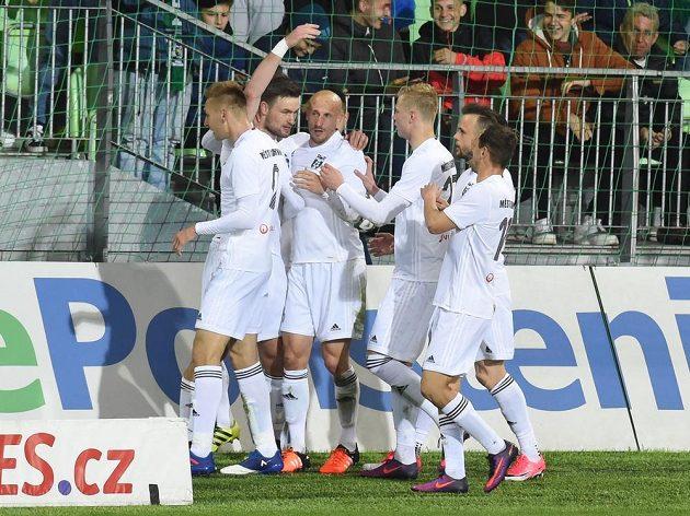 Hráči Karviné oslavují Wágnerův gól do sítě Slavie.