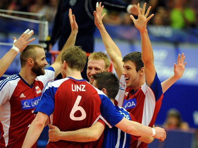 Čeští volejbalisté slaví vítězství nad Koreou.