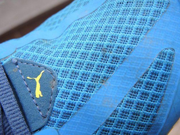 Detail síťoviny a jednoho ze dvou klasických švů, které ještě na botě najdete.