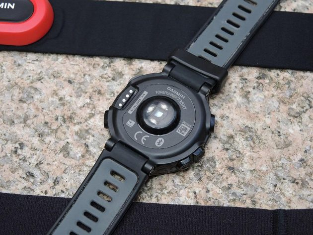 Garmin Forerunner 735XT: Zadní strana hodinek se snímačem tepové frekvence.