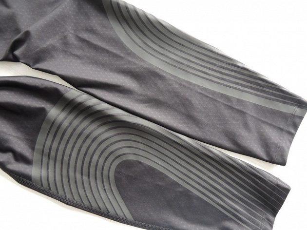Nike Power Speed Tight: Kompresní pásky probíhají od boků přes stehna. Další najdete v oblasti lýtek.