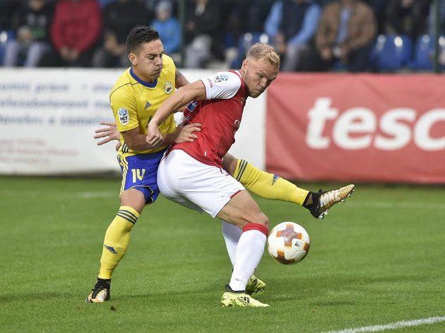 Daniel Holzer ze Zlína v souboji s Mickem van Burenem ze Slavie v utkání HET ligy.