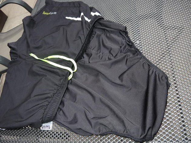 Vnitřní slipy jsou se šortkami spojeny širokým pružným lemem.