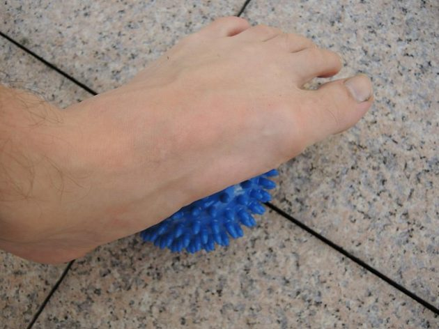 Dobré je řádně projet míčkem celé chodidlo - od paty až po prsty.