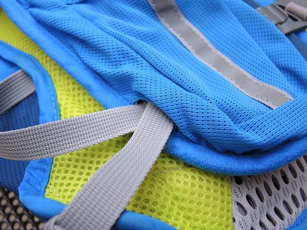 Běžecký batoh/běžecká vesta CamelBak Ultra 10 - plastový D-kroužek je zatím na svém místě.