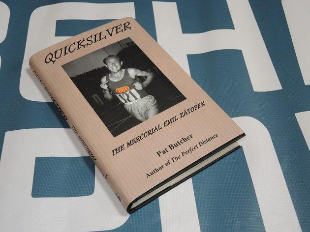 Kniha Pata Butchera o Emilu Zátopkovi v anglickém jazyce.