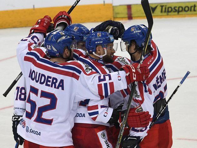 Čeští hráči se radují z jednoho z gólů, který proti Finům vstřelil útočník Martin Růžička (uprostřed).