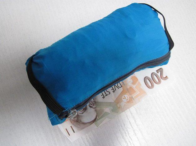 Sbalená bunda je v podstatě stejně velká jako dvousetkorunová bankovka.