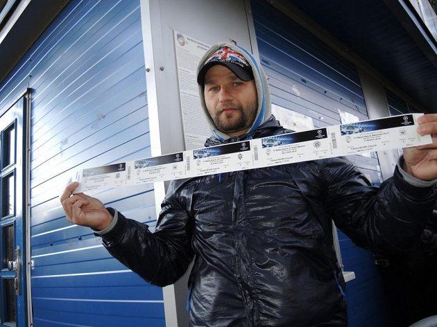 Fanda Václav Sedlák z Teplic si lístky odnesl jako první. Čekal na ně dva dny.