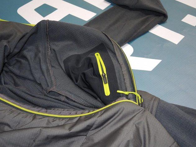 Icebreaker Ellipse Long Sleeve Half Zip Hood: Z vnitřní strany trika je navíc malá kapsička na zip.