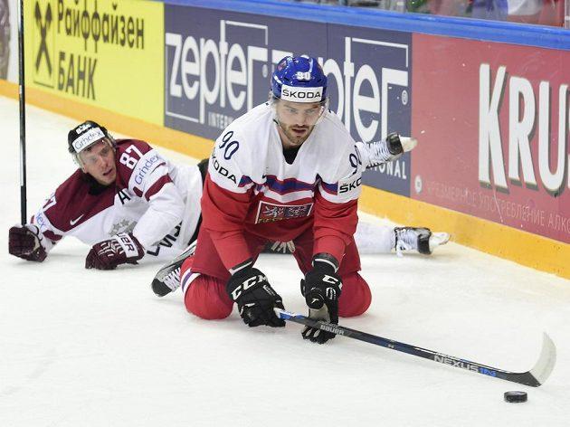 Lotyšský reprezentant Gints Meija (v pozadí) sleduje českého útočníka Roberta Kousala.