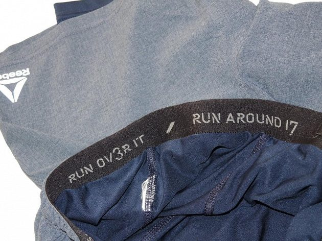 Běžecké kraťasy Reebok 2-in-1 Running Short - u pasu zevnitř naleznete dobré rady: Oběhni to! Břeběhni to!