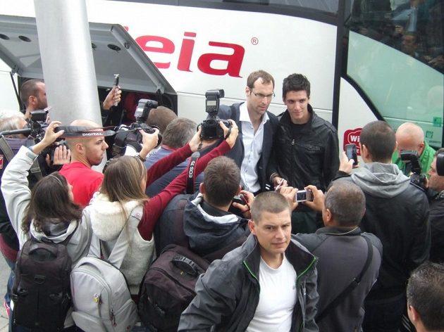 Brankář Petr Čech vzbudil ihned po přistání v Sofii velký zájem bulharských médií i fanoušků.