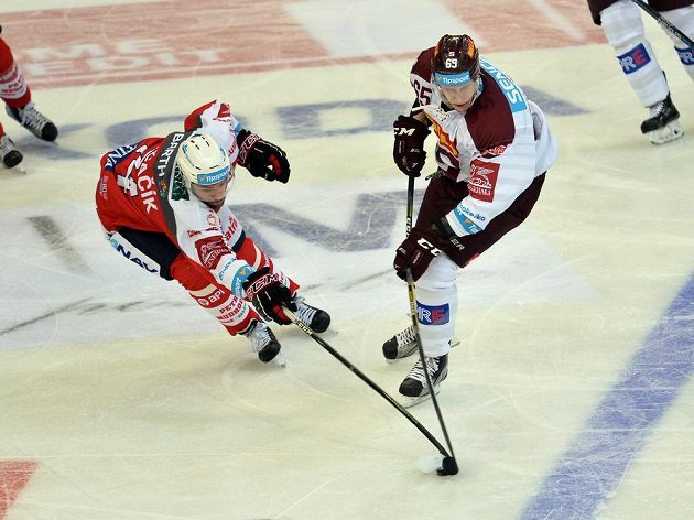 Michal Čajkovský ze Sparty (vpravo) a pardubický obránce Ctirad Ovčačík v zápase 15. kola hokejové Tipsport extraligy.