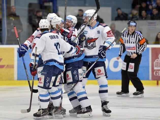 Hráči Chomutova se radují z prvního gólu v Plzni.