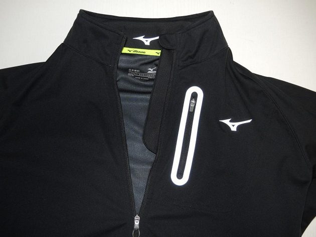Běžecká bunda Mizuno Alpha Softshell Jacket - detail horní části.