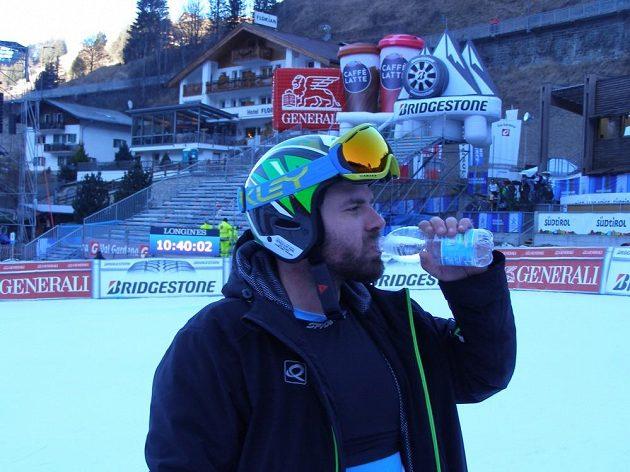 Jan Hudec se občerstvuje po prohlídce trati před závody světového poháru ve Val Gardeně.
