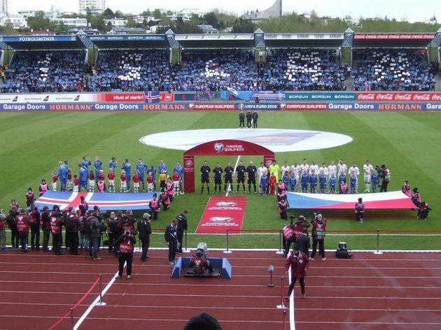 Fotbalisté České republiky a Islandu před zápasem v Reykjavíku.