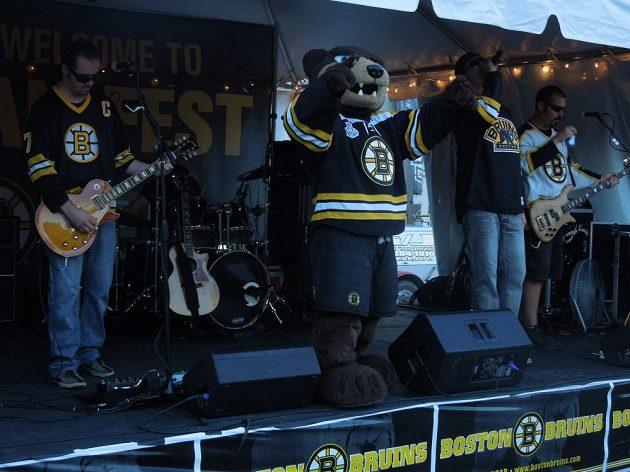 Hokejovým finále NHL žije celý Boston. Klubové barvy ctí i tato kapela.